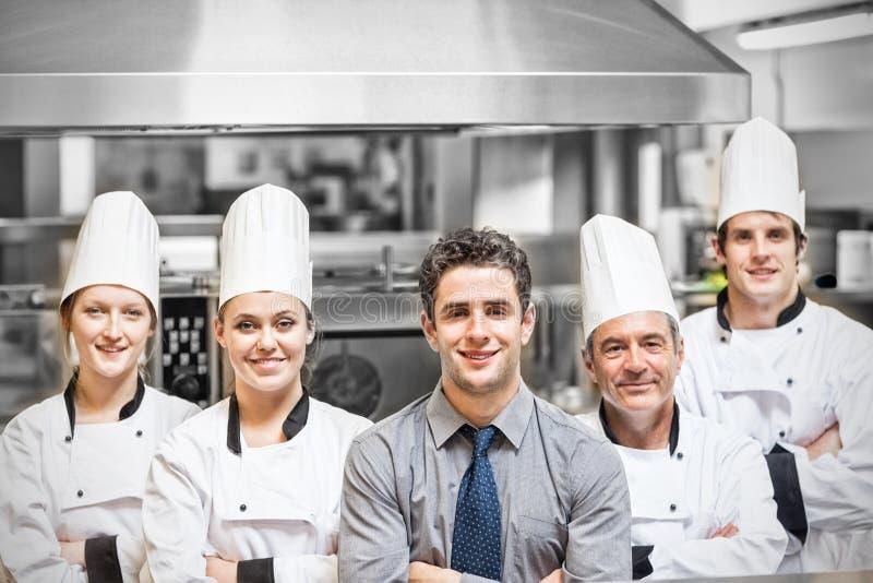 Kierownik z szefa kuchni portretem w fachowej kuchni zdjęcie stock