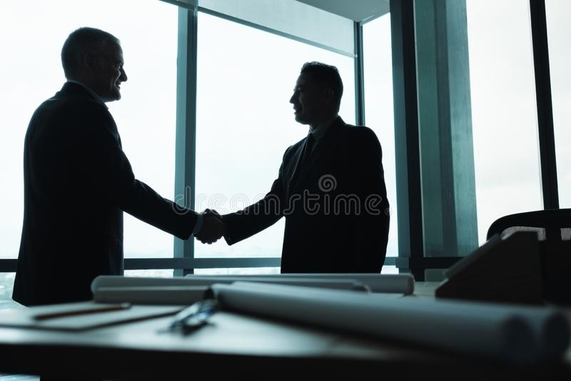 Kierownika chwiania ręki partner biznesowy W pokoju konferencyjnym obraz stock