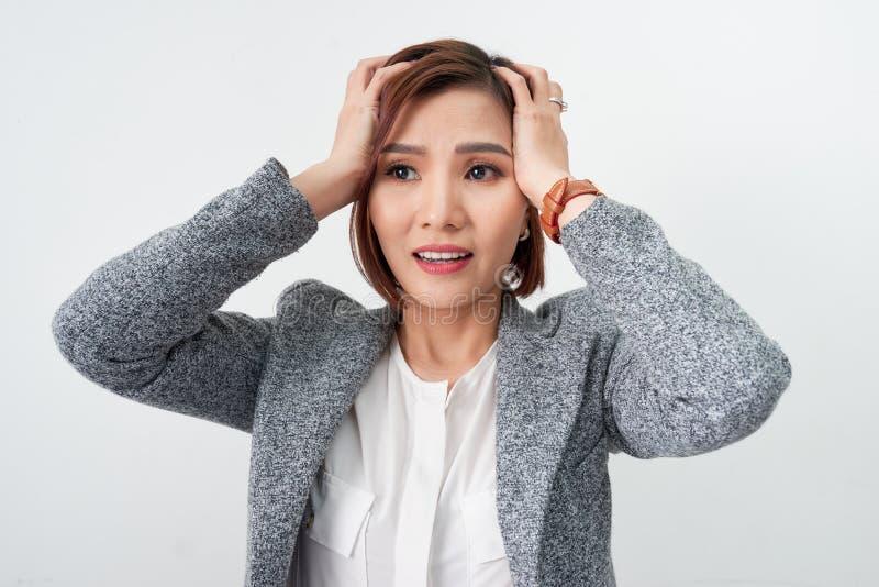 Kierownika sprzedawcy pośrednik handlu nieruchomościami adwokata faktorski bankowiec w formalnej odzieży chwyta ręce na głowie obraz stock