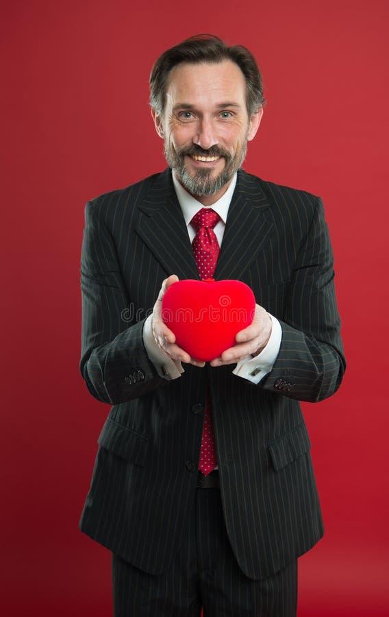 Kierowy dawca bardzo cię kocham Szczęśliwy mężczyzna z dużym czerwonym sercem Miłości i romansu opieka zdrowotna Luty wakacje doj obrazy stock