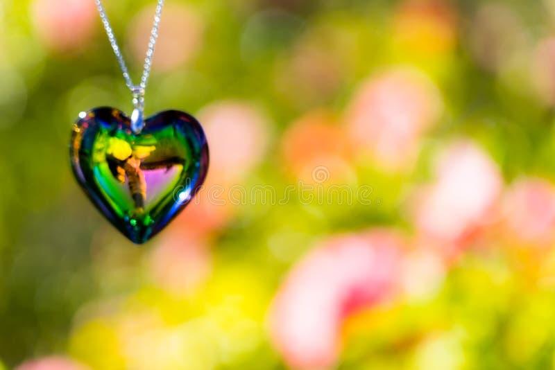 Kierowy krystaliczny szkło refract światło słoneczne ogródu różanego tło - światła słonecznego zegarowego backgroundheart krystal zdjęcie stock