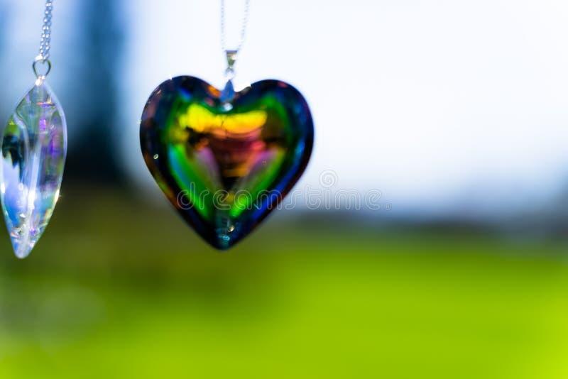 Kierowy krystaliczny szkło refract światło słoneczne ogródu różanego tło - światła słonecznego zegarowego backgroundheart krystal obraz stock