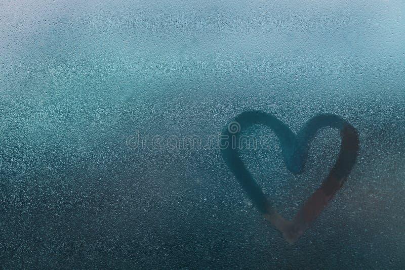 Kierowy kształt na szkle z wodnymi kroplami zdjęcie royalty free