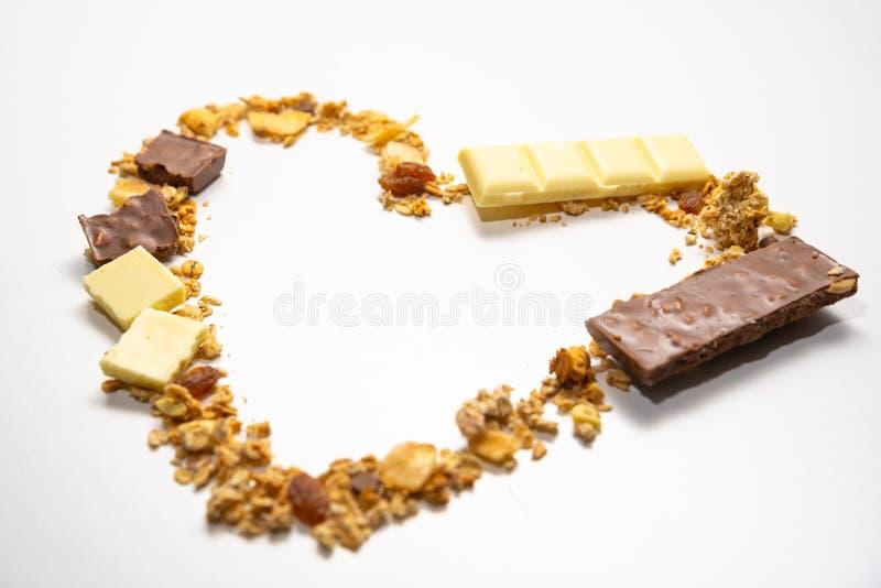 Kierowy kształt od granola, muesli z wysuszonym bananem, inne owoc i biała dojna czekolada, Boczny widok Zdrowa i zr?wnowa?ona di fotografia royalty free
