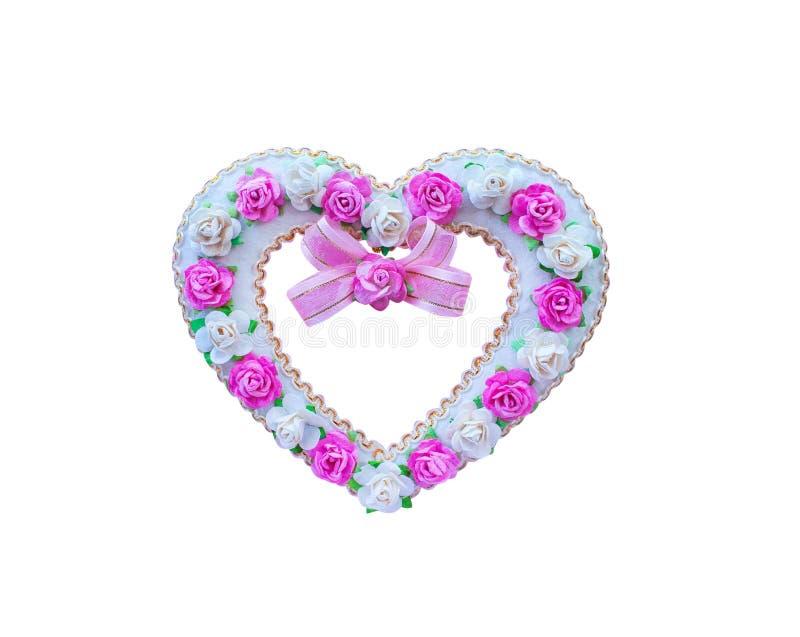Kierowy kształt z różanym kwiatu wzorem i menchia tasiemkowym łękiem na białym tle robić od morwa papieru odizolowywającego, ścin zdjęcie royalty free