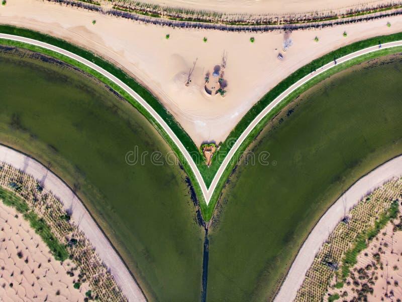 Kierowy kszta?ta Mi?o?? jezioro w Dubaj pustyni widoku z lotu ptaka fotografia stock