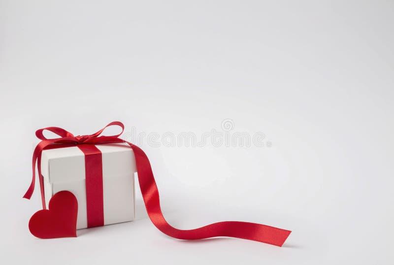 Kierowy prezenta pudełko odizolowywający na białym tle Walentynki zdjęcia stock