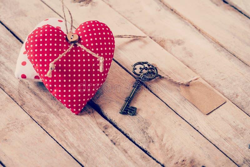 Kierowy tkaniny i rocznika klucz z etykietką na drewnie zgłasza tło zdjęcie stock