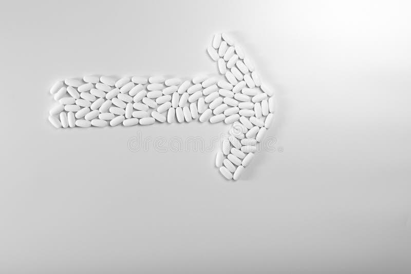 Kierunek strzałki wykonane z pigułek wyizolowanych na białym tle, koncepcja medyczna obrazy royalty free