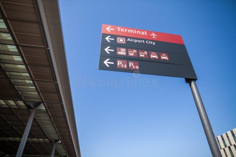 Kierunkowskaz na Pasażerskiego terminal Brandenburg Berlińskim lotnisku obrazy stock
