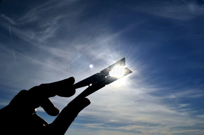 Kierunkowskaz w kierunku słońca obraz stock