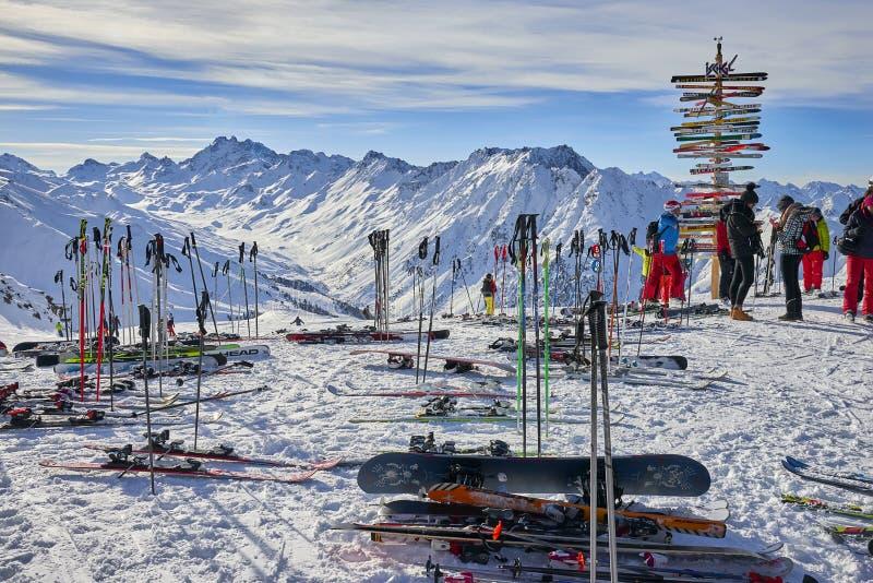 Kierunku znak przy ośrodkiem narciarskim w Austriackich Alps, Ischgl zdjęcie royalty free