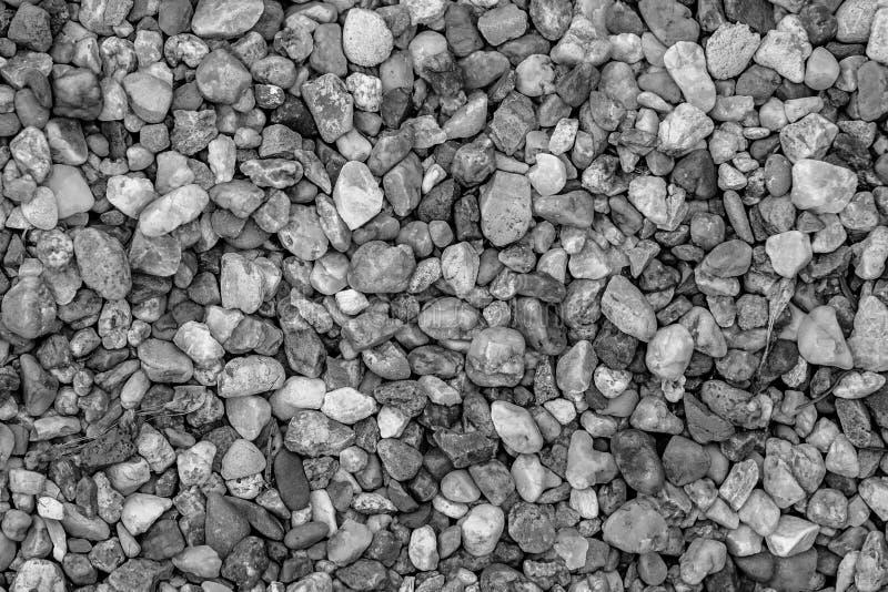 Kies-Beschaffenheit von Fluss-Steinen in Schwarzweiss stockbild