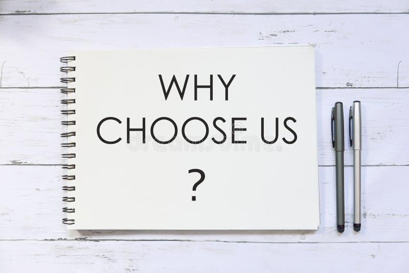 Kies hoogste die mening van pen en notitieboekje met vraag wordt geschreven waarom ons? op witte houten achtergrond stock afbeelding