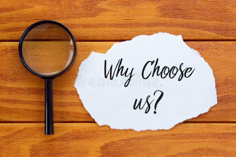 Hoogste die mening kies van vergrootglas en stuk van document met vraag wordt geschreven waarom ons? op houten achtergrond stock afbeelding