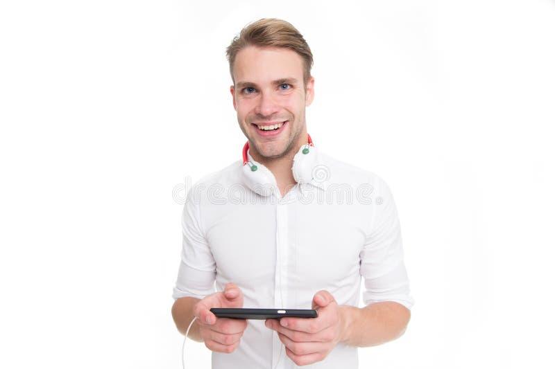 Kies radiostation Mens het luisteren favoriet lied in hoofdtelefoons met smartphone en het zingen De mens geniet het luisteren va royalty-vrije stock foto