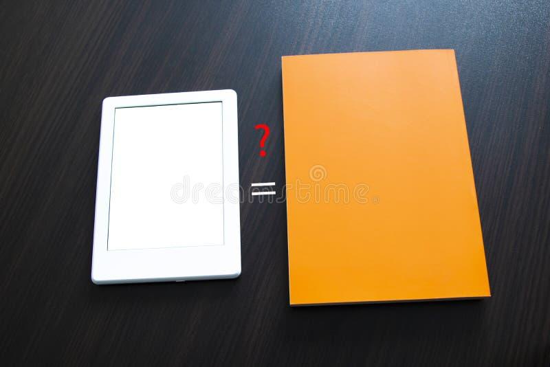 Kies tussen e-book en document boek Concepten zelf-onderwijs stock fotografie