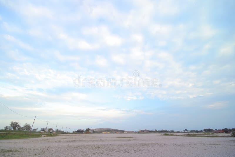 Kies und Wolken stockfoto