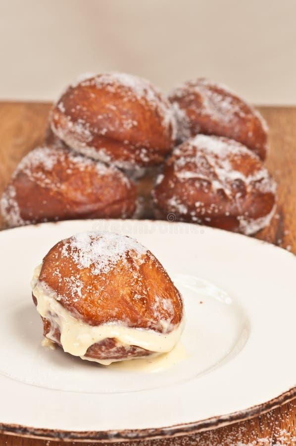 Kies, vers gebakken Beierse room, gevulde doughnut op witte plaat uit royalty-vrije stock foto's