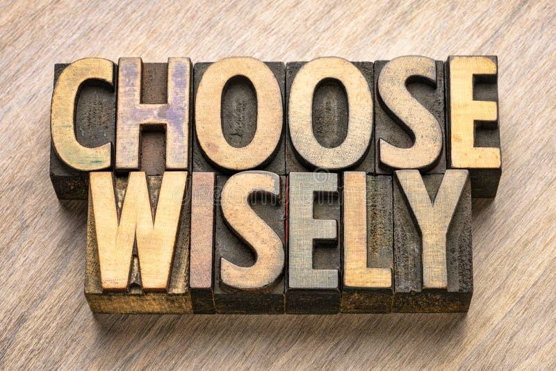 Kies wijselijk woordsamenvatting in houten type stock foto