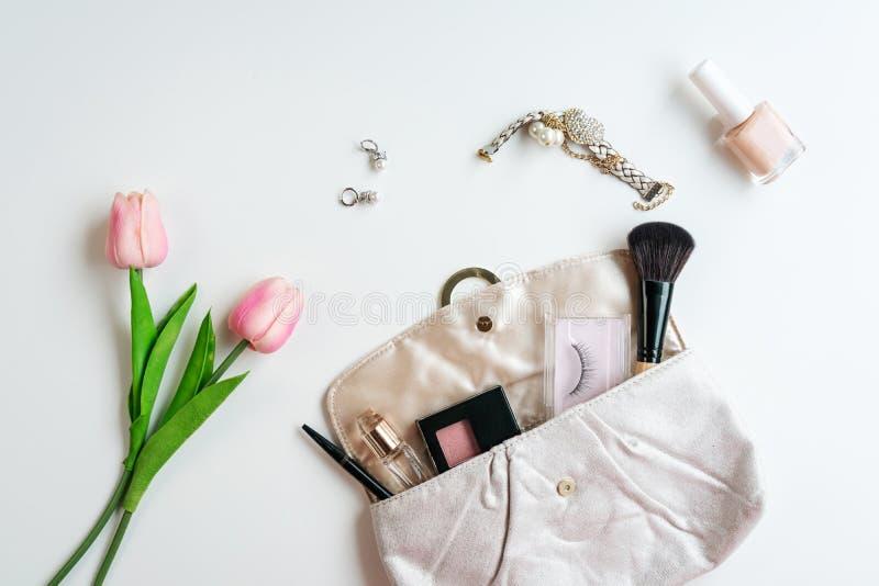 Kiesa kosmetyki i kobiet akcesoria na białym tle, kopii przestrzeń zdjęcia stock