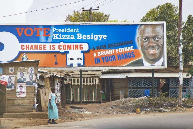 Kiesaffiches op een verlaten koloniale boutique in Oostelijk Oeganda stock foto's