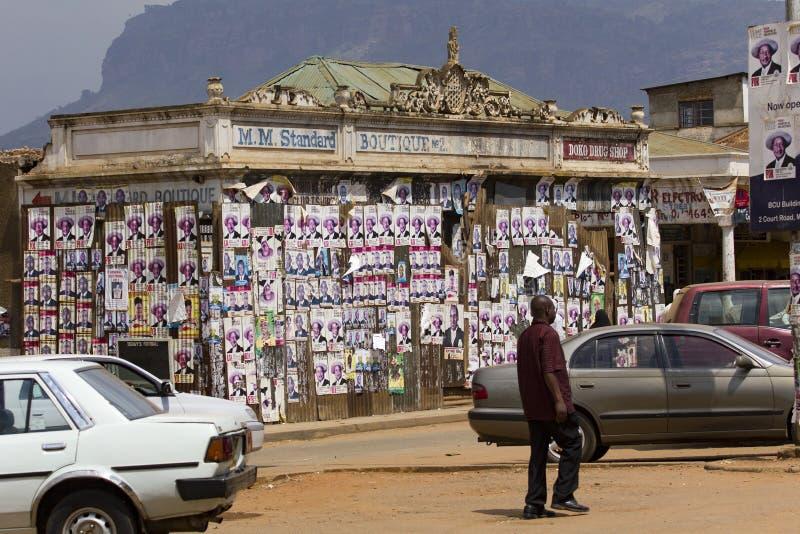 Kiesaffiches op een verlaten koloniale boutique in Oostelijk Oeganda stock afbeeldingen