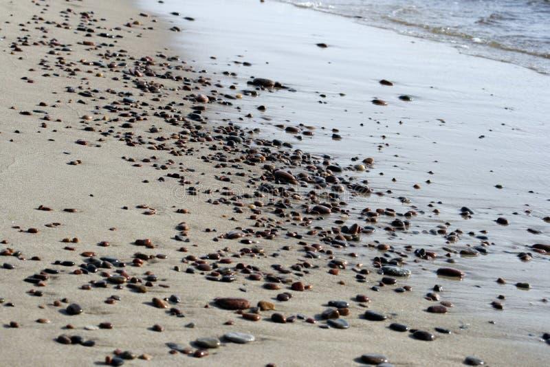 Kiesel auf dem Strand stockbilder