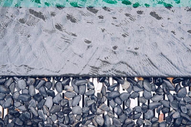Kiesel auf Poolside des Swimmingpools lizenzfreie stockbilder