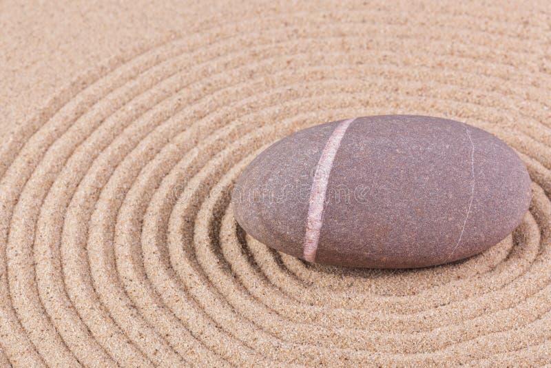 Kiesel in einem geharkten Sandkreis lizenzfreies stockbild