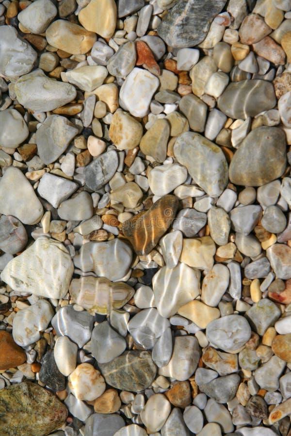 Kiesel und Meer lizenzfreie stockfotografie