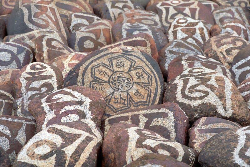 Kiesel vom heiligen See Manasarovar mit Hieroglyphen und buddhistischem hauptsächlich`Beschwörungsformel ` OM Mani Padme Hum lizenzfreie stockbilder