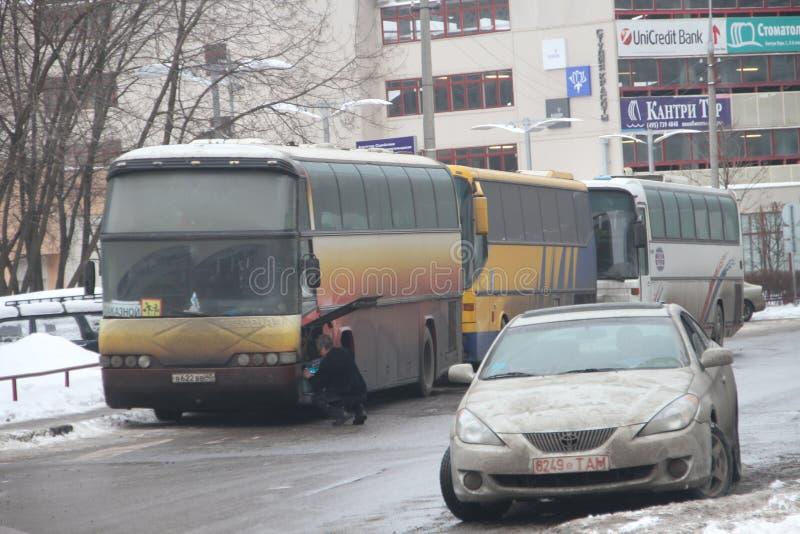 Kiesfraude in Rusland Een bus met mensen van de autoriteiten, die gelijktijdig bij veelvoudige opiniepeilingsposten stemmen royalty-vrije stock foto