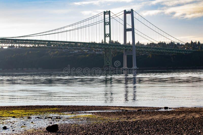 Kiesstrand nahe Tacoma verengt Brücke im Sommer lizenzfreies stockfoto