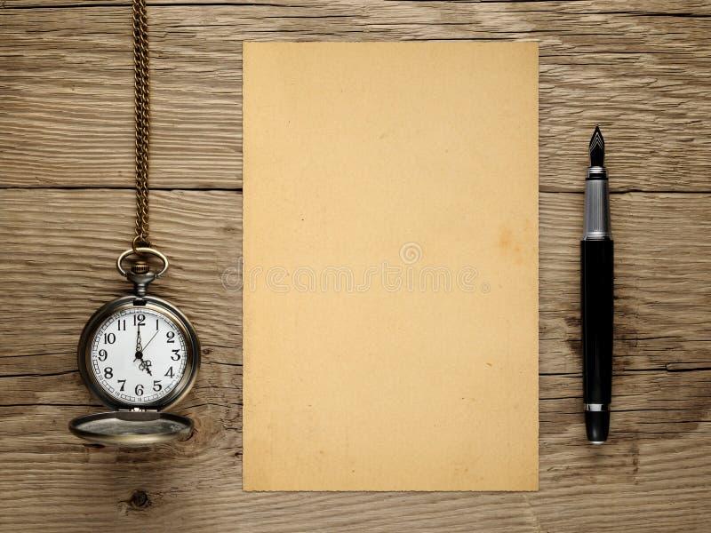 Kieszeniowy zegarek, fontanny pióro i stary papier, fotografia stock