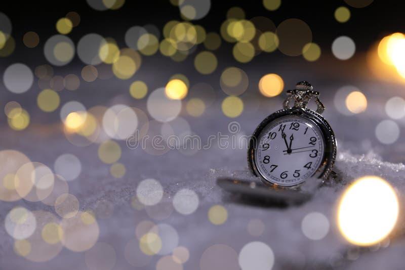 Kieszeniowy zegarek na śniegu przeciw zamazanemu tłu, przestrzeń dla teksta zdjęcia royalty free
