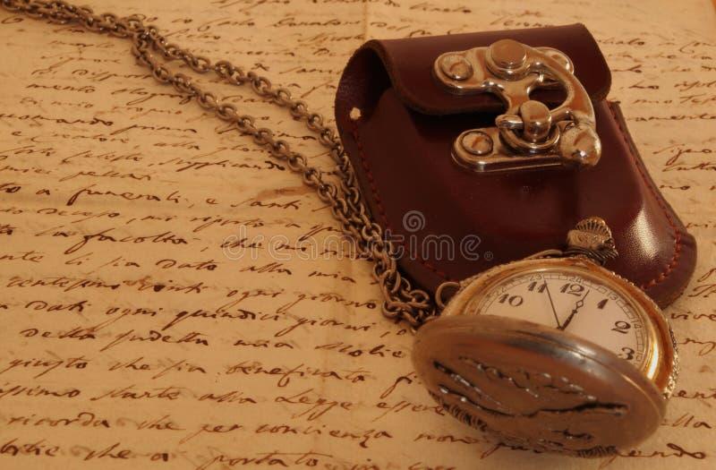 Kieszeniowy zegarek na antycznym manuskrypcie zdjęcie stock