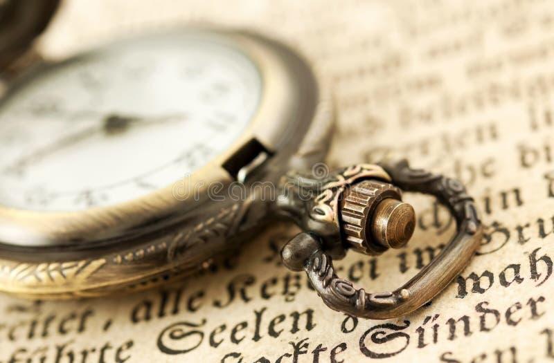 Kieszeniowy zegarek na książce zdjęcie stock