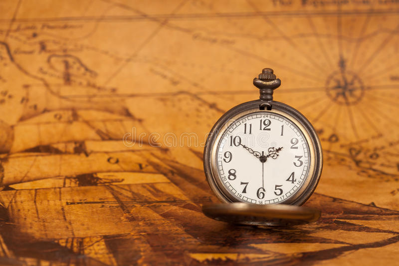 Kieszeniowy zegarek na starym mapy tle, rocznika styl zdjęcie royalty free