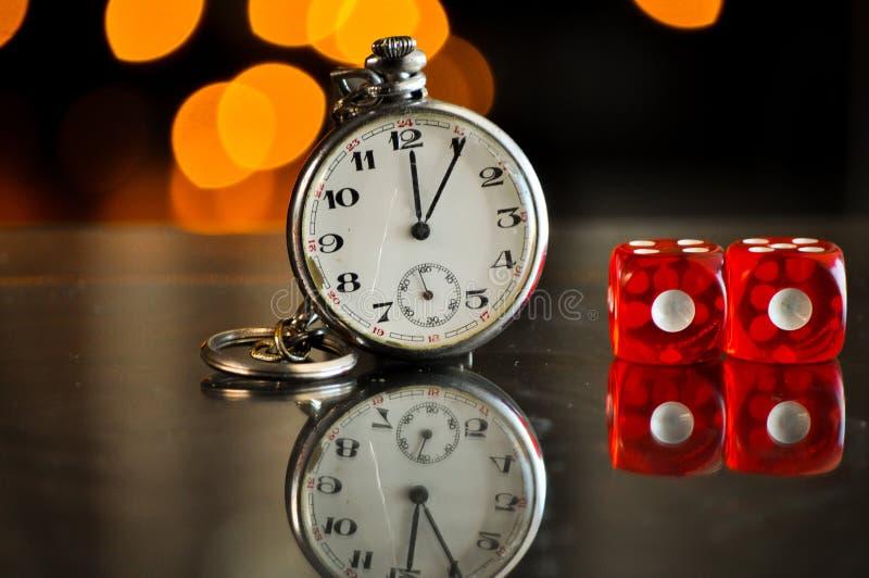 Kieszeniowy zegarek z hazardzista bzdur kostka do gry zdjęcia stock