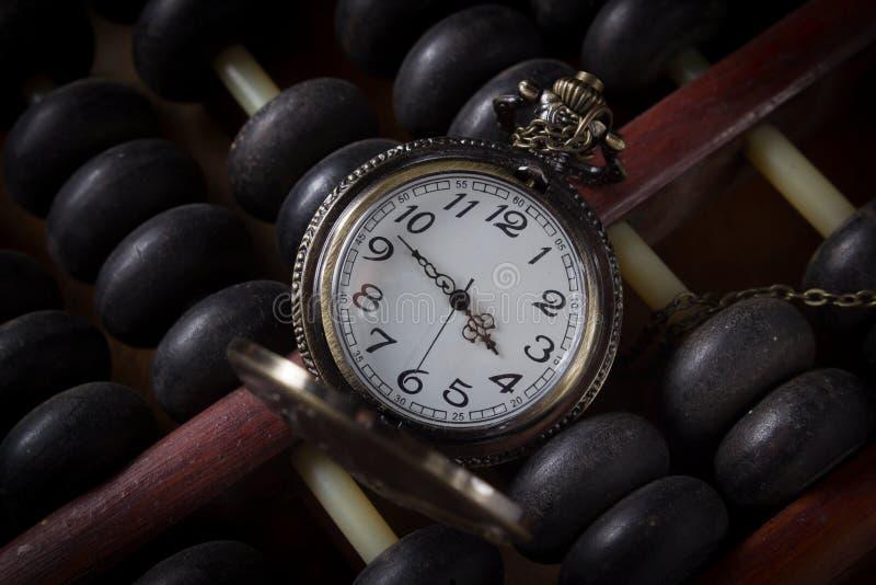 Kieszeniowy zegarek z starym abakusem, rocznika kolor fotografia stock