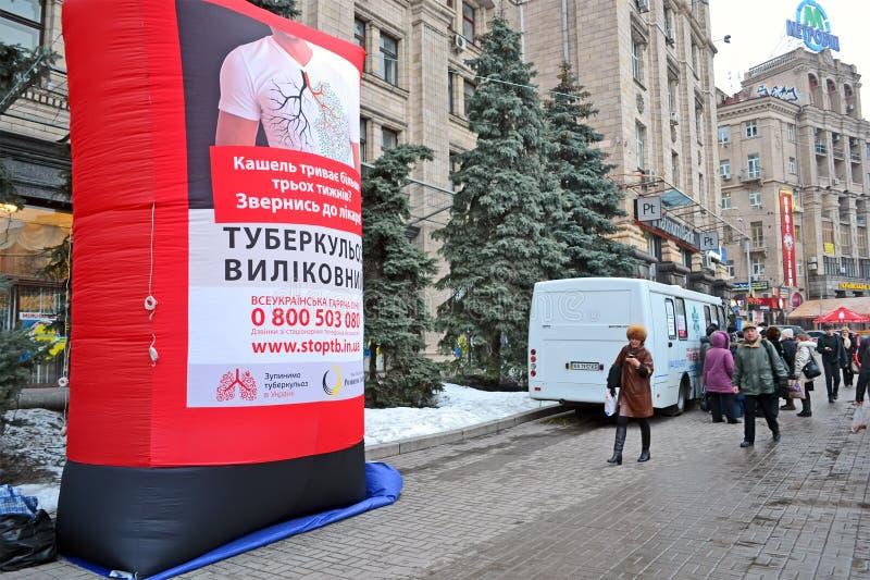De testaftasten van de longontsteking met de mobiele auto van de röntgenstralenradiografie in Kiev, stock afbeeldingen