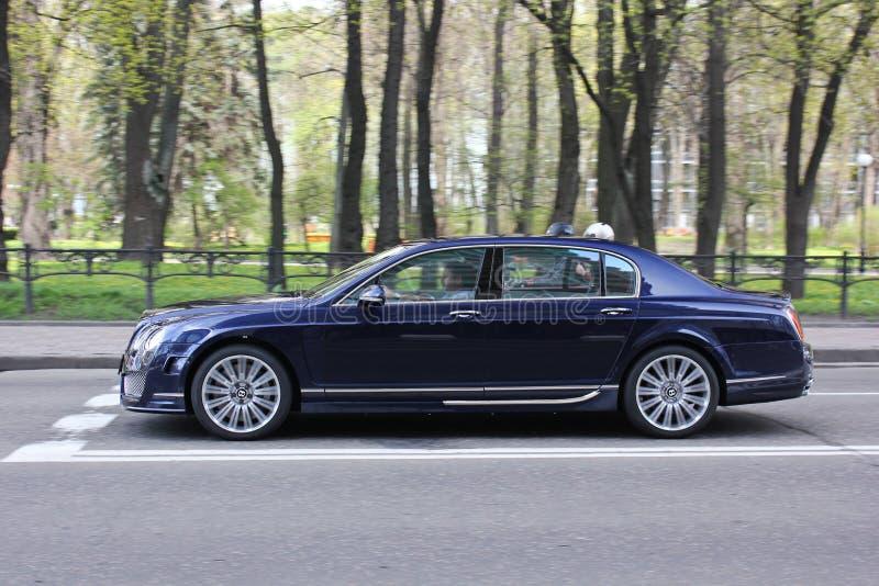 Kiev, A - 26 de novembro de 2016 Bentley Continental de aceleração Carro no movimento foto de stock royalty free