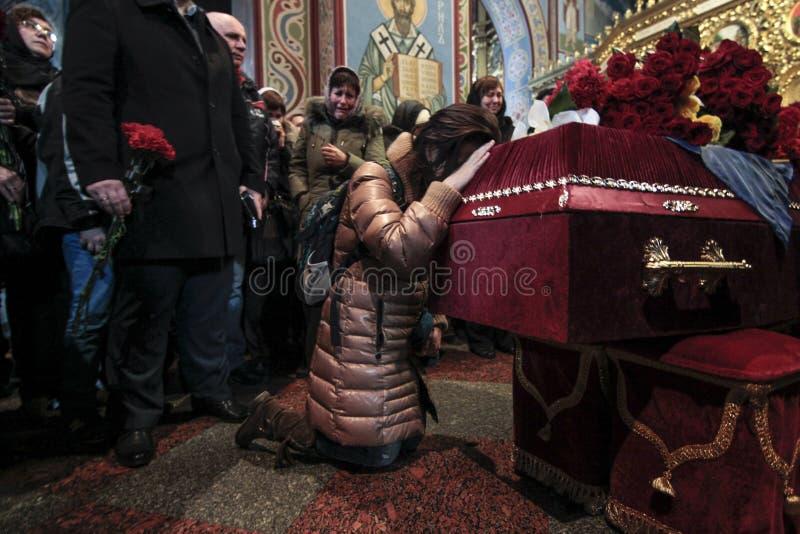 KIEV, de OEKRAÏNE - April 3, 2015: Begrafenisceremonie voor Oekraïense militair Igor Branovitskiy die in de oostelijke Oekraïne w royalty-vrije stock afbeeldingen