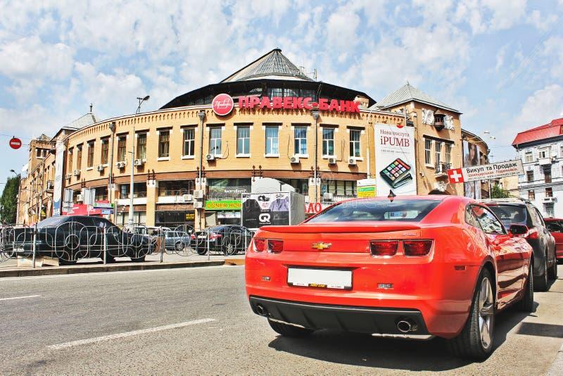 Kiev, de Oekraïne; 10 april, 2014 Chevrolet Camaro in het centrum van Kiev royalty-vrije stock afbeelding