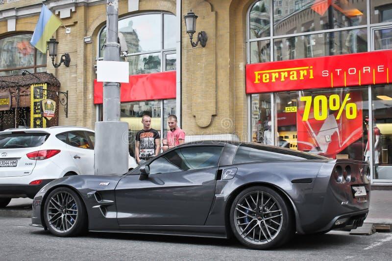 Kiev, de Oekraïne; 3 april, 2014; Chevrolet-Korvet ZR1 dichtbij Ferrari-het handel drijven stock foto's