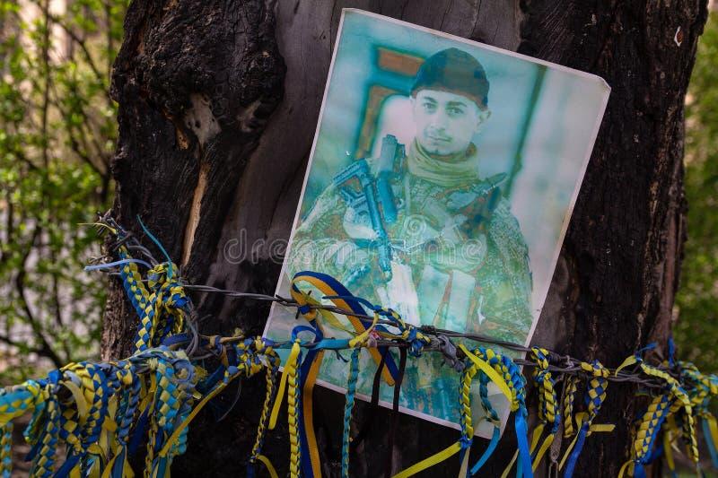 Kiev, de Oekraïne - April 22, 2018: Foto van een militair die in de oorlog op de straat stierf stock afbeelding