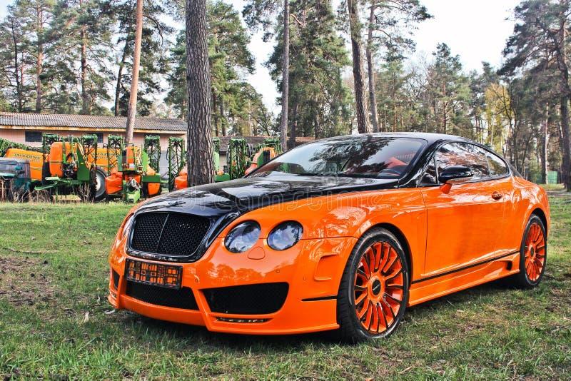 Kiev, de Oekraïne; 10 april, 2015 Het Ras Mansory van Bentley Continental GT in het bos royalty-vrije stock afbeelding
