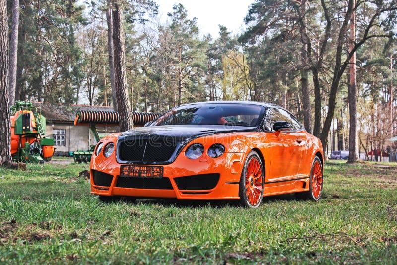 Kiev, de Oekraïne; 10 april, 2015 Het Ras Mansory van Bentley Continental GT in het bos royalty-vrije stock foto's