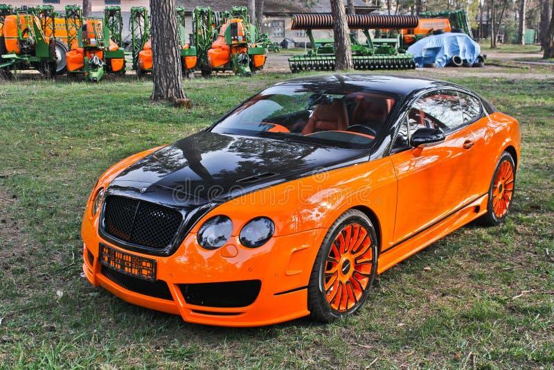 Kiev, de Oekraïne; 10 april, 2015 Het Ras Mansory van Bentley Continental GT in het bos stock fotografie